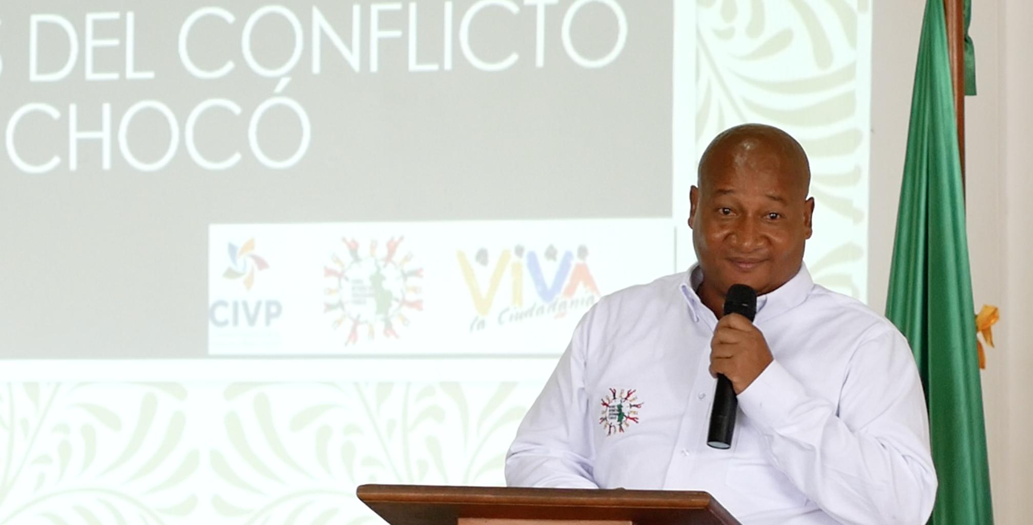 Rodrigo Rodríguez Padilla, asesor del Foro Interétnico Solidaridad Chocó, presentando los hallazgos del informe.